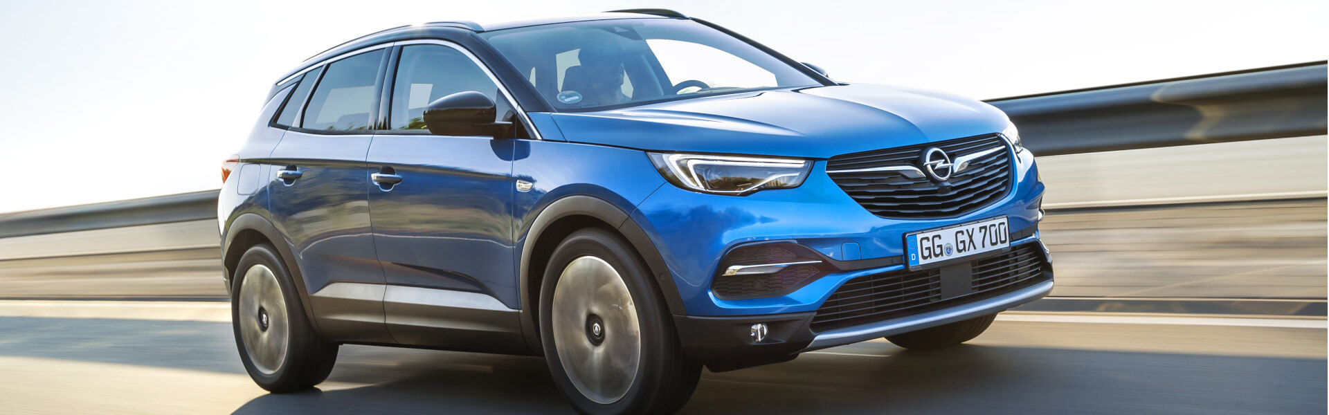 Opel Grandland in blau auf Straße