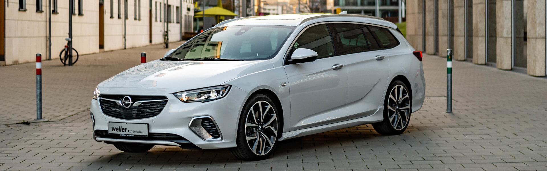 Opel Insignia Auto in weiß auf Straße