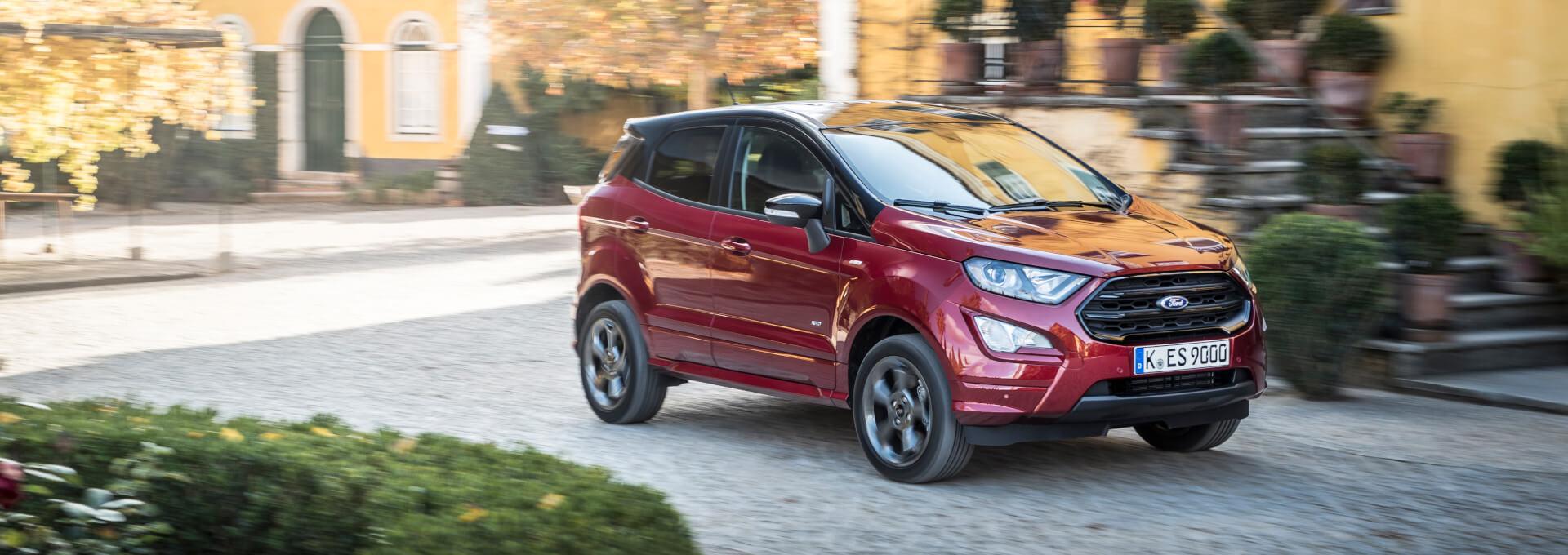 roter Ford Ecosport SUV auf Straße