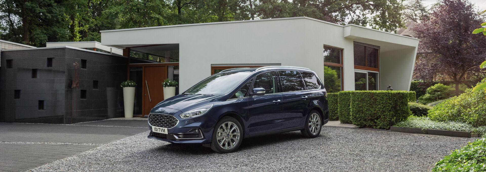 blauer Ford Galaxy Van vor Haus