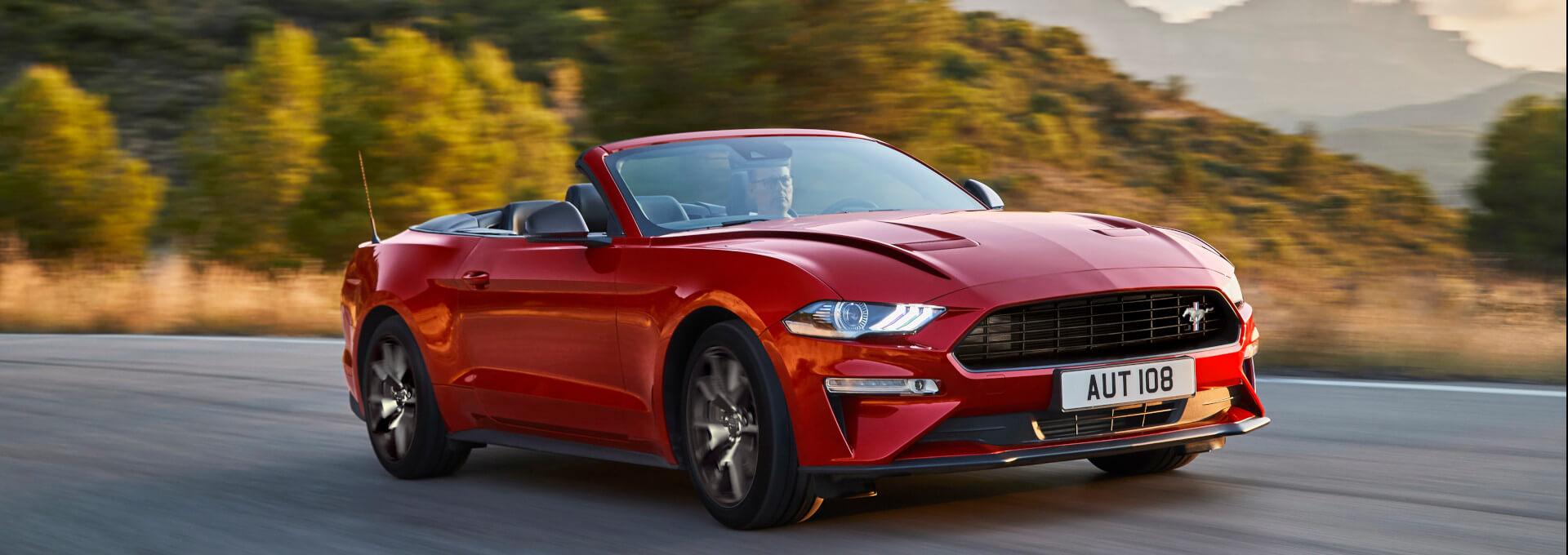 Mustang roter Ford Sportwagen auf Straße