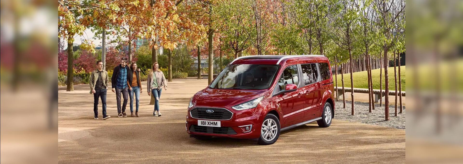 Tourneo Connect roter Ford Van im Herbst vor Bäumen