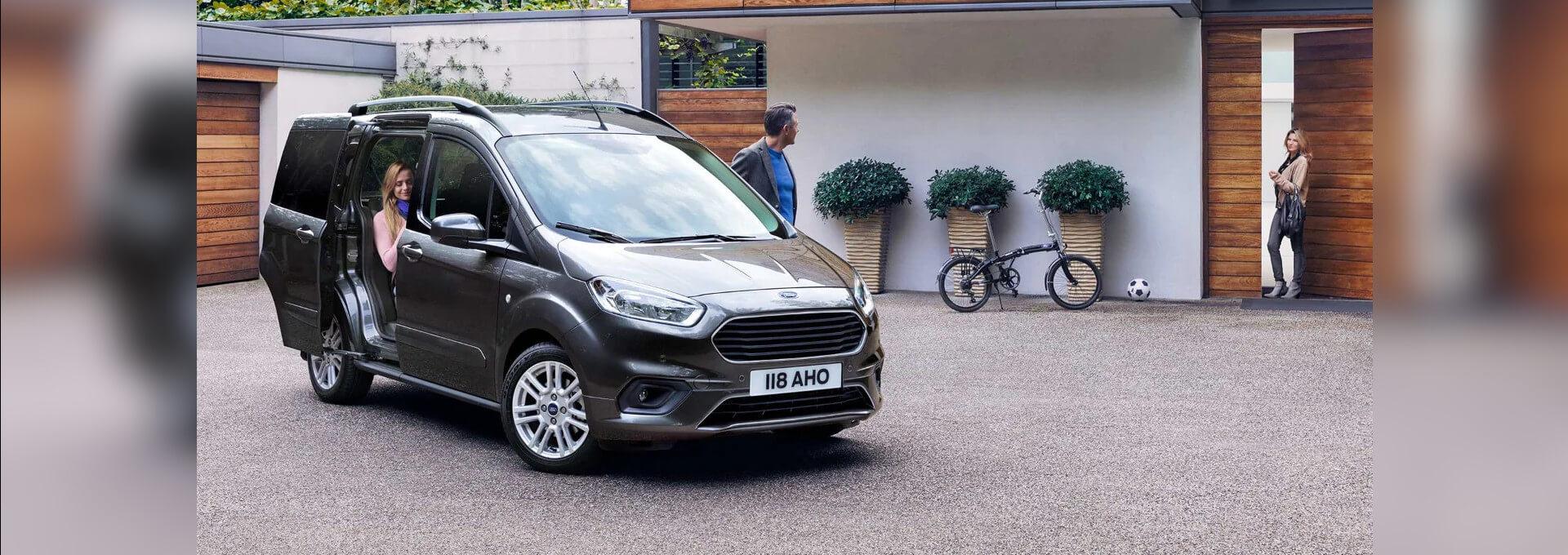 Tourneo Courier grauer Ford Van vor Haus