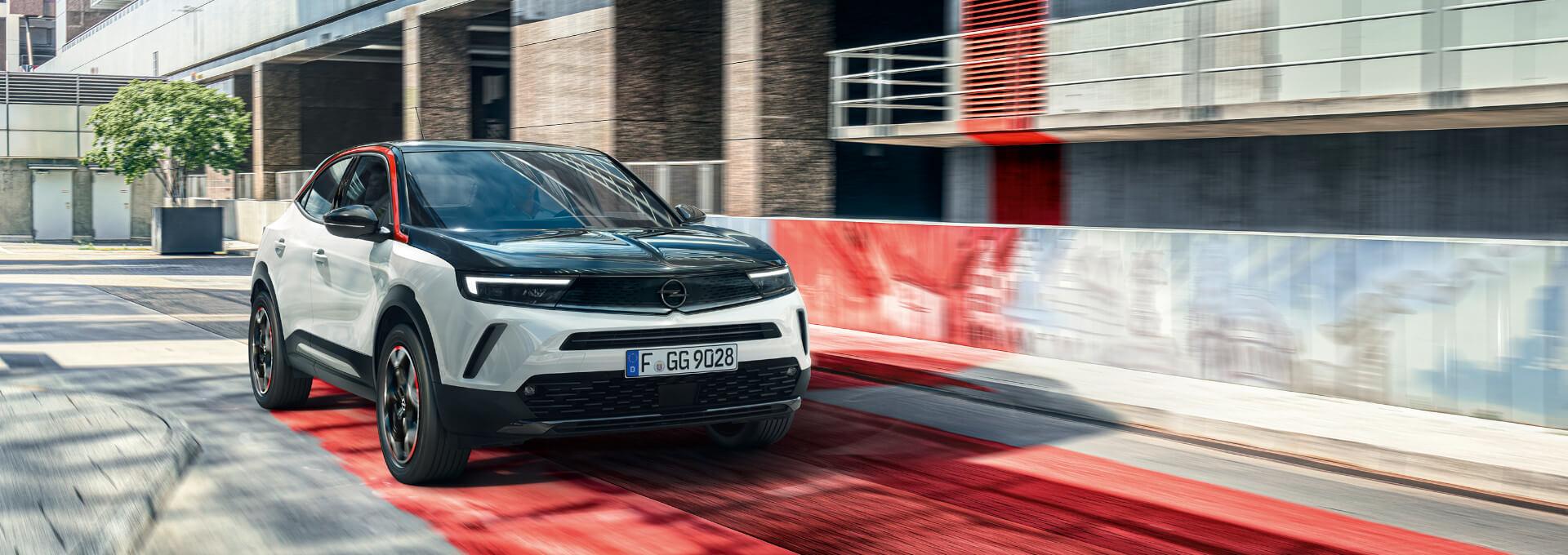 SUV Opel Mokka Fahrt auf Straße