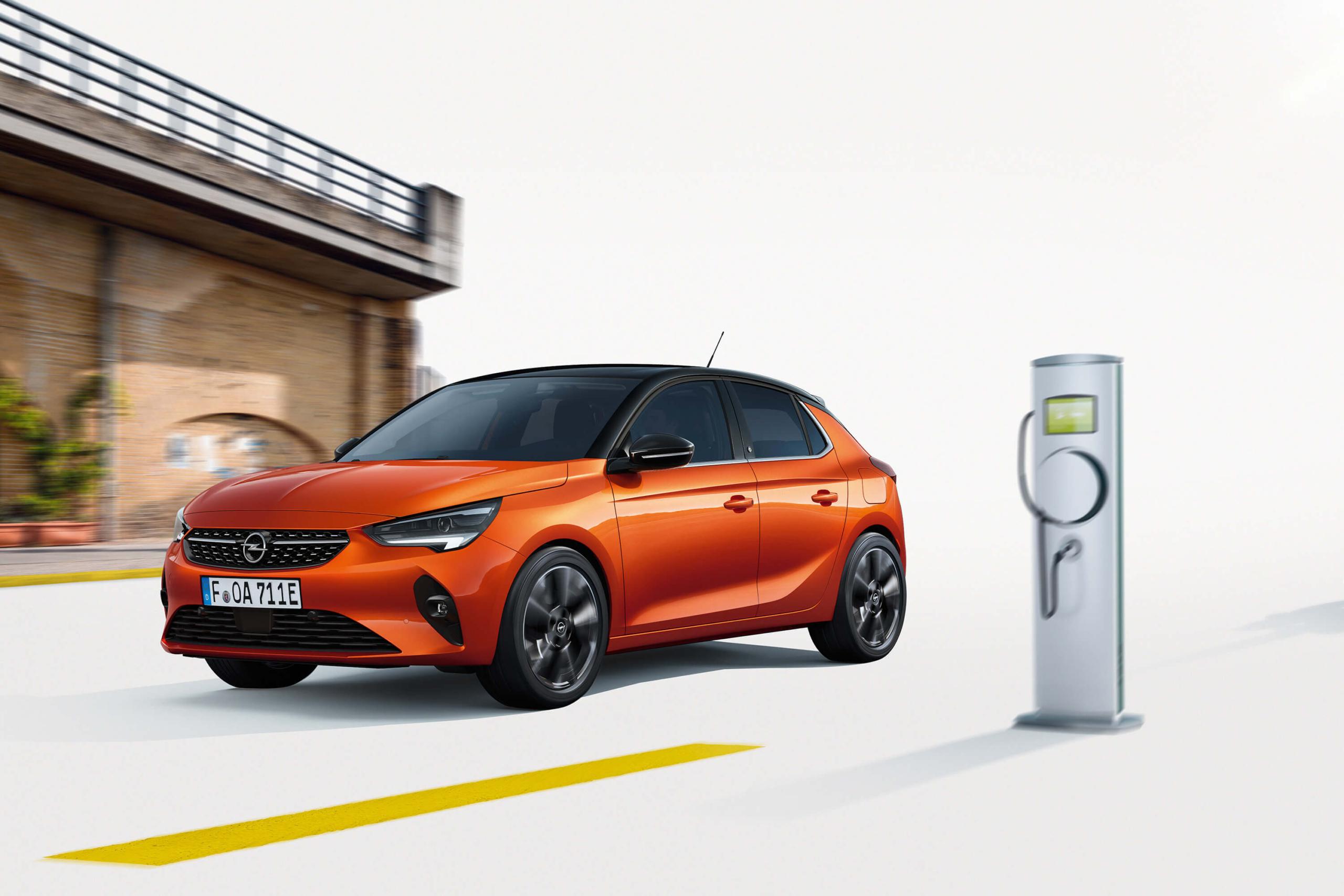 Opel Corsa Elektro mit Ladesäule