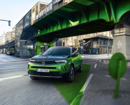 Opel Mokka grün auf Kreuzung