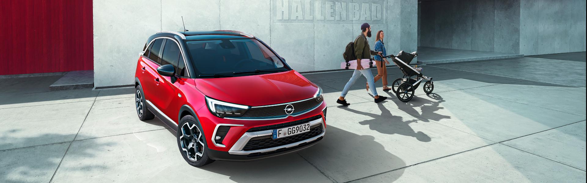 Der neue Opel Crossland X vor Hallenbad